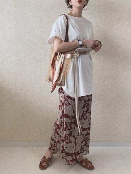 白チュニックT×茶色花柄ロングスカートコーデ