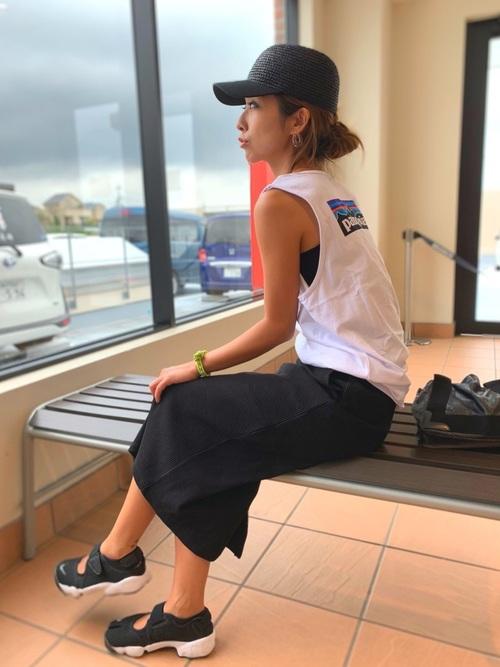 黒スニーカー×プリントTシャツの夏コーデ