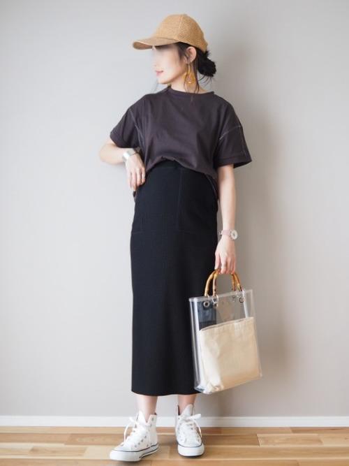 グレーTシャツ×黒タイトスカートコーデ