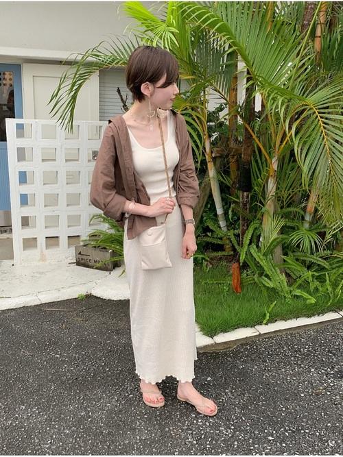 ブラウンシャツ×白ロングスカートコーデ