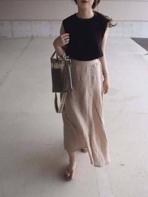 紺Tシャツ×ベージュリネンスカートコーデ