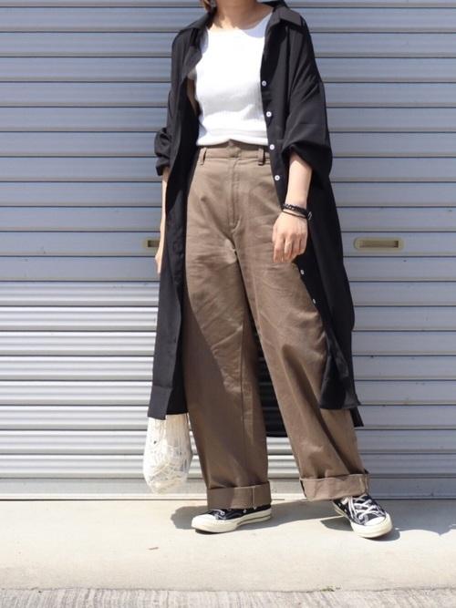 黒スニーカー×黒シャツワンピの夏コーデ