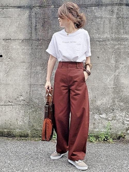 ベージュスニーカー×茶色パンツの夏コーデ