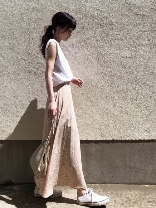 白トップス×ベージュレオパードスカートコーデ