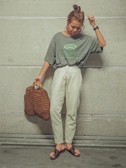 カーキTシャツ×白テーパードパンツコーデ