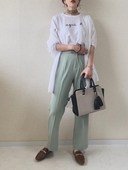 茶ビットローファー&ロゴTシャツの夏コーデ