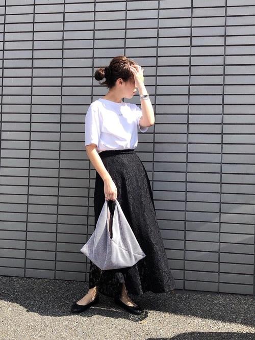 白Tシャツ×黒レースフレアスカート