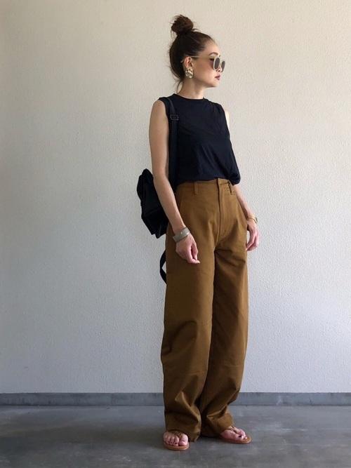 ミニリュック×茶色パンツの大人夏コーデ