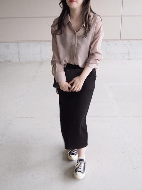 ベージュシャツ×黒リブスカートの秋コーデ