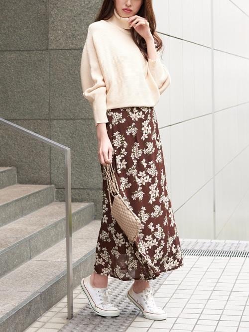 白スニーカー×ブラウン花柄スカート