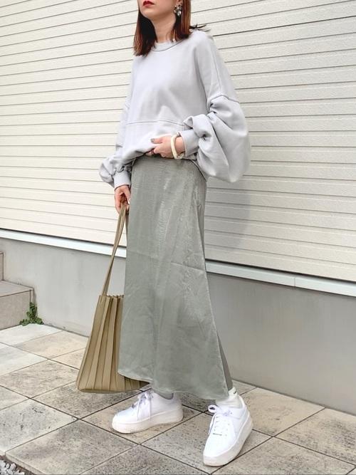 サテンロングスカート×白スニーカー