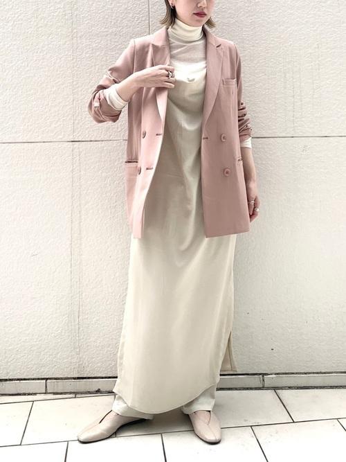 白サテンタックパンツ×ピンクジャケットコーデ