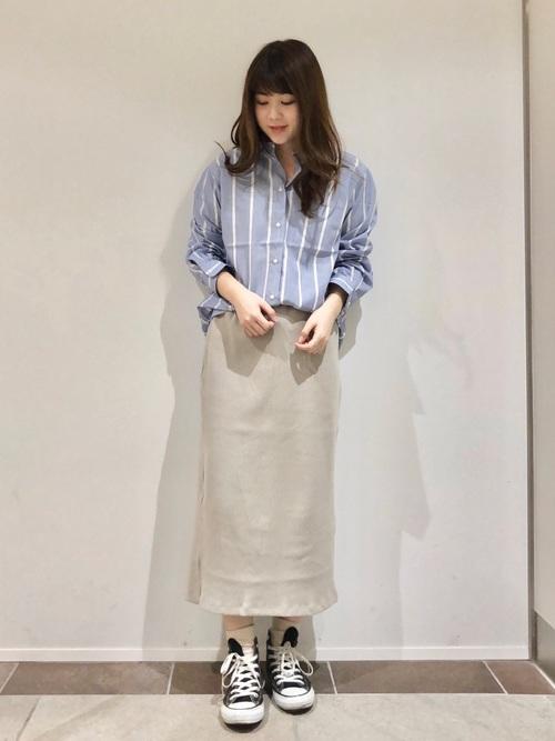 青ストライプシャツ×ベージュスカートコーデ