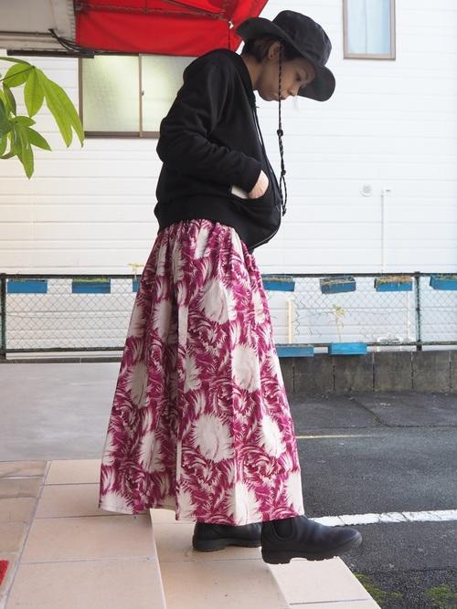 フェザー柄スカートのこなれコーデ