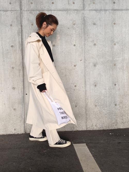 白パンツ×白パーカーロングコートコーデ