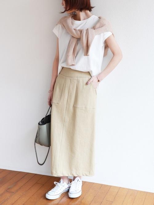 コンバース白スニーカー×ベイカースカート