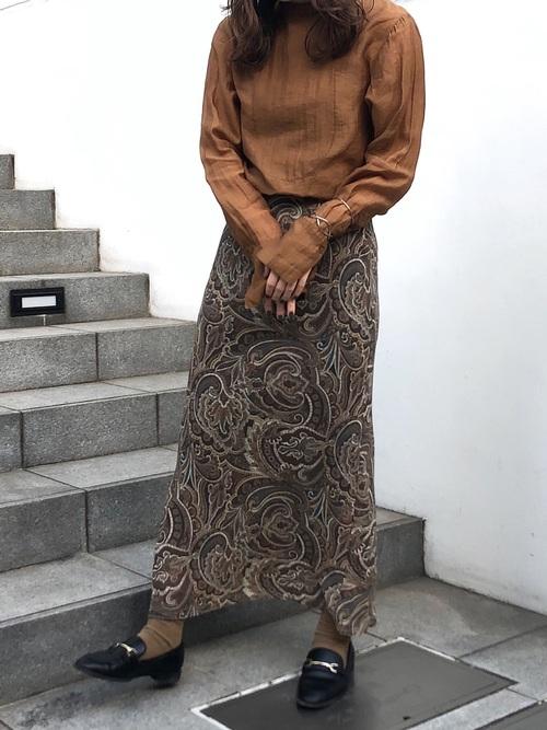 黒ビットローファー&柄スカートの秋コーデ