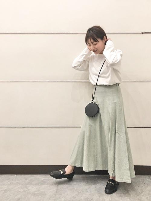白トップス&緑ロングスカートの春コーデ