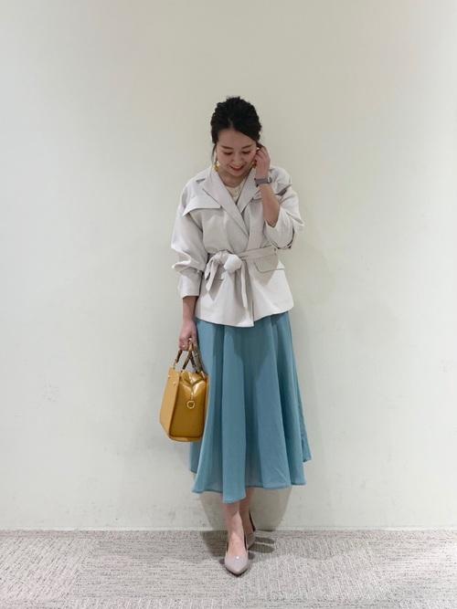 グレーパンプス×緑ロングスカートの春コーデ