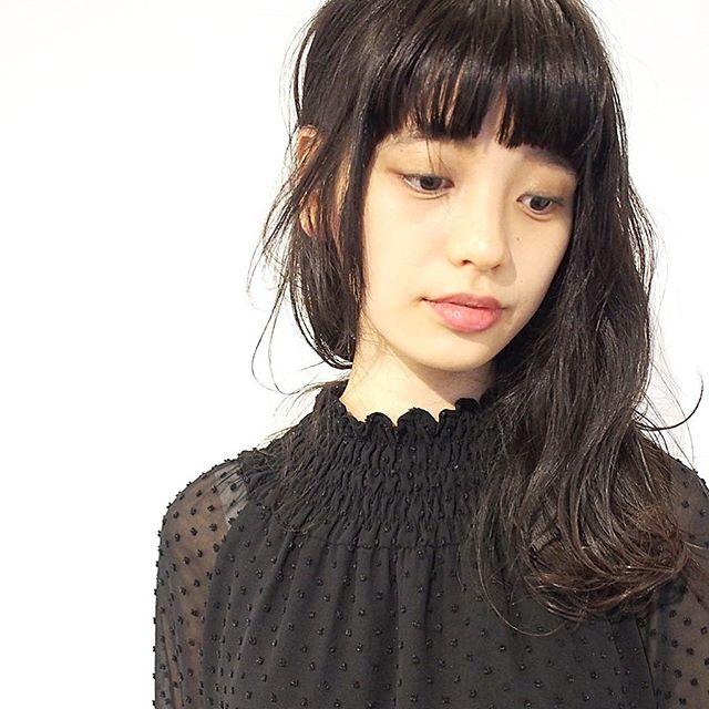 丸顔に似合うセミロング×黒髪3