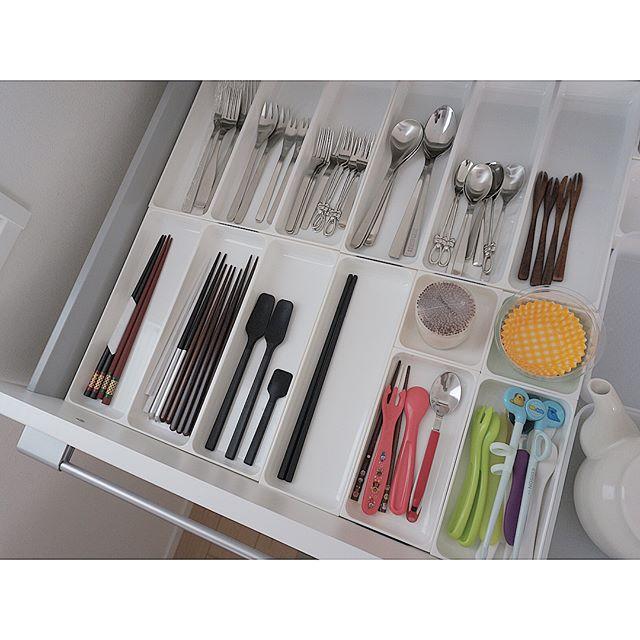 キッチン引き出し内に並べたケースを活用