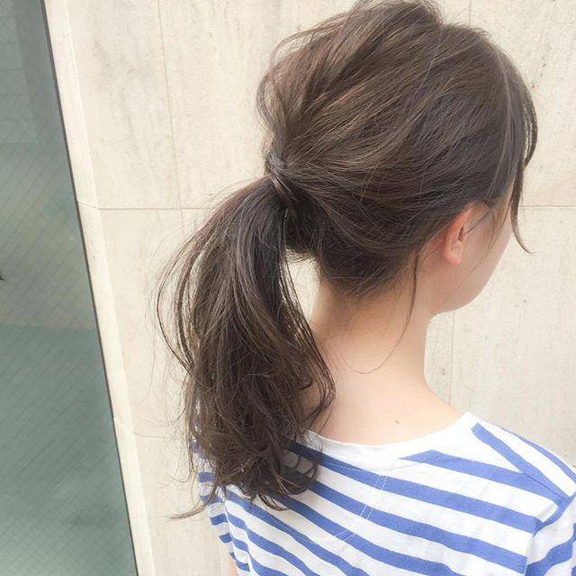 シンプルなポニーテールの髪型