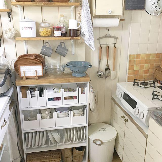 狭い台所にも合う棚とケースを使う食器収納術