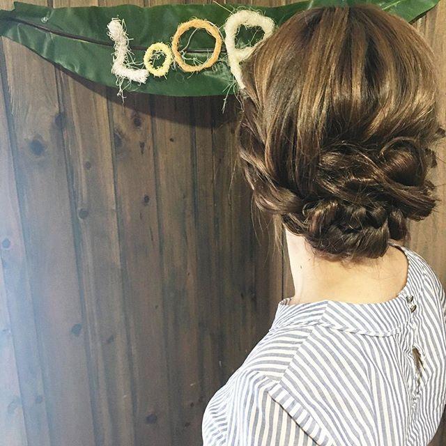 編み込みを使ったロングヘアのまとめ髪