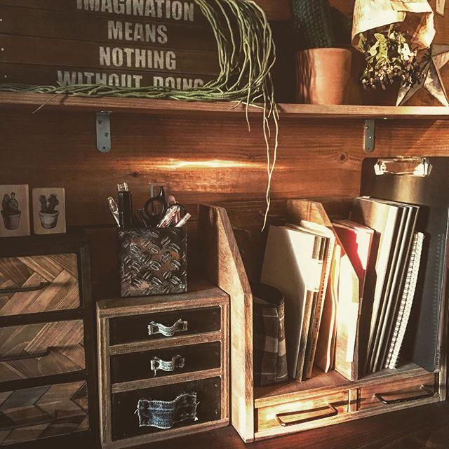 机の上に置いた棚で本の収納