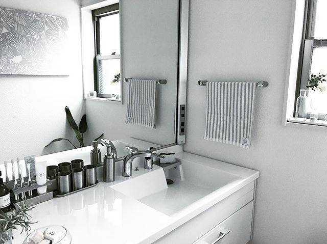 白とシルバーでまとめた素敵な洗面所