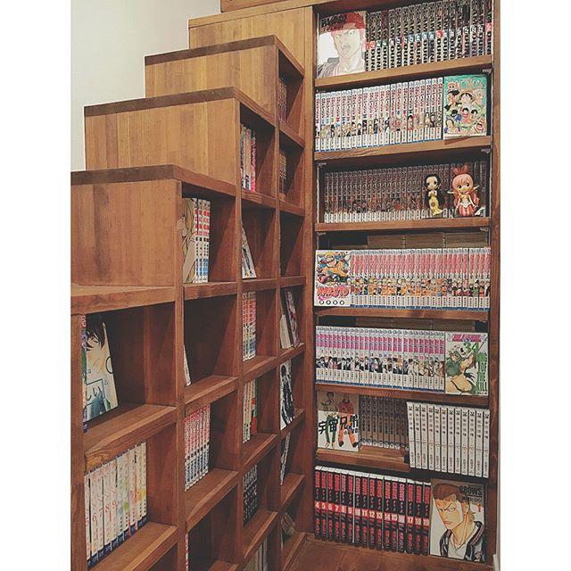 階段状の作り付け棚に本の収納