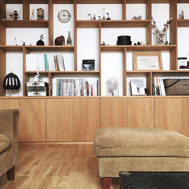 個性的な作り付け棚での本の収納