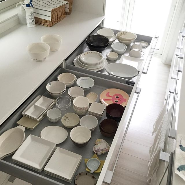 同じ食器を重ねて見渡しやすく収納