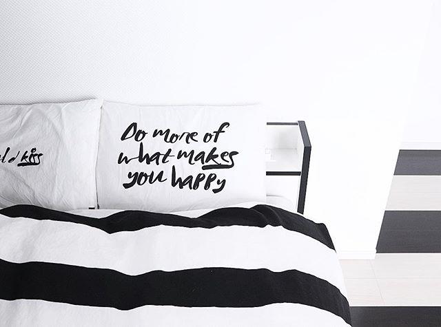 モノトーンのベッドカバーでシックに!