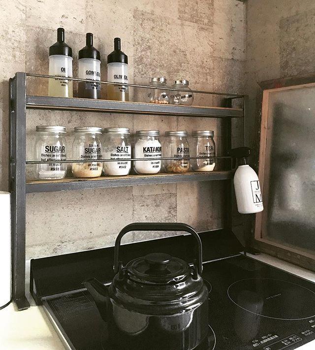 狭いキッチンにも合う男前棚に調味料をIN