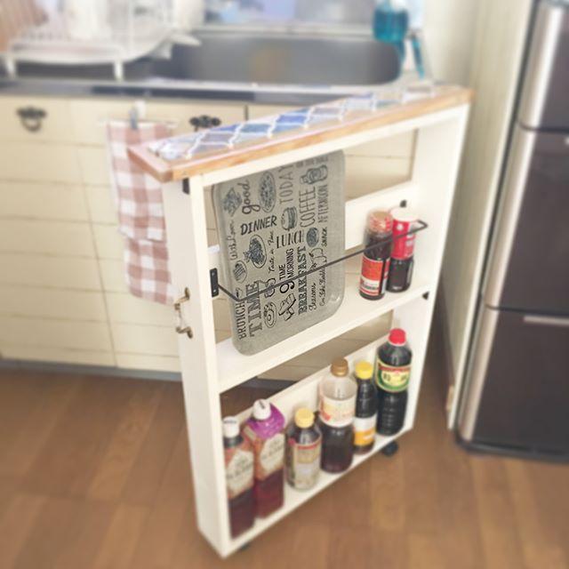 キッチンの狭い隙間の自作棚に調味料を保管