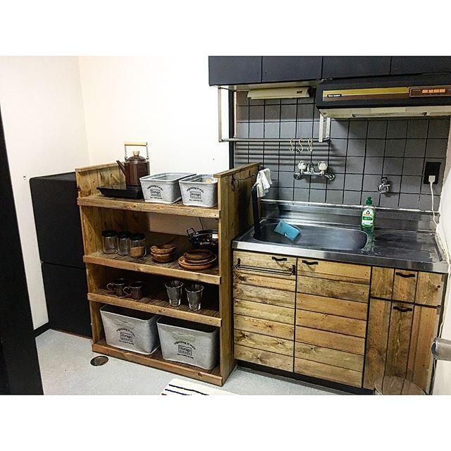 狭い賃貸キッチンにDIY棚を置くアイデア