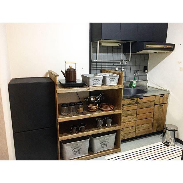 狭い台所に似合うDIY棚に食器をIN