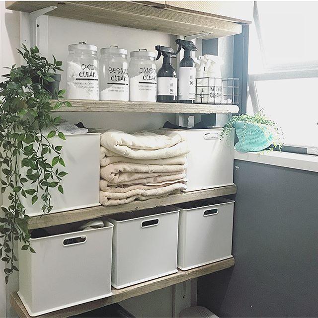おしゃれな古材棚を設置した素敵な洗面所