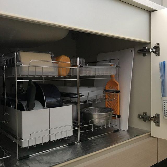 観音開きのシンク下収納に棚を加えるアイデア