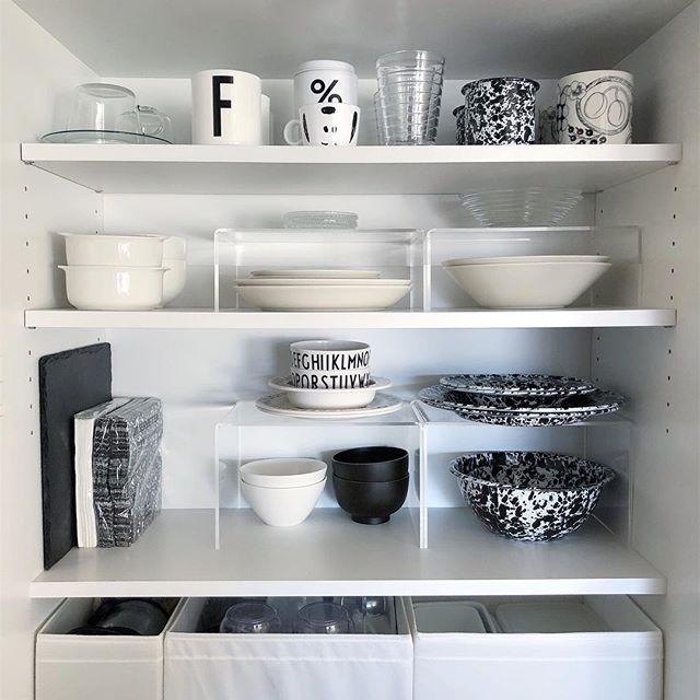 狭い棚に台をプラスしてお皿やグラスをIN