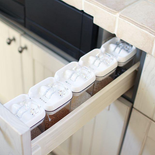 キッチンの引出し内の密閉容器を使うアイデア