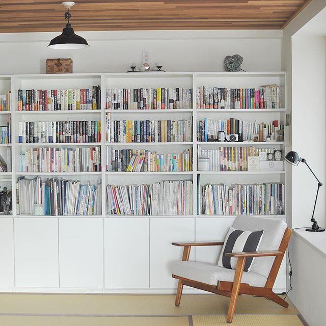 本棚を壁一面に並べた本の収納