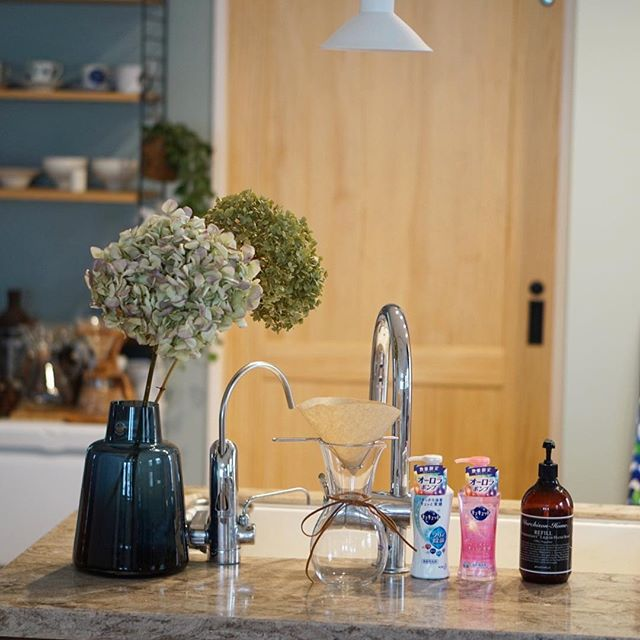 キッチンに生花を飾る