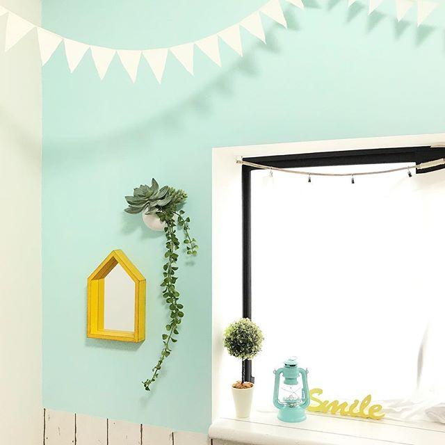 グリーンの壁紙が可愛い子供部屋のアクセントクロス