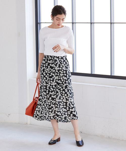 白ニット×黒バックギャザースカート