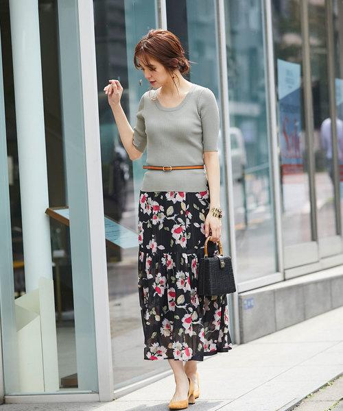 リブニットトップス×花柄ロングスカート