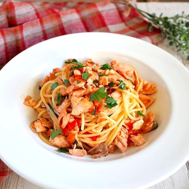 休日のお昼ご飯に!鮭とトマトのオイルパスタ