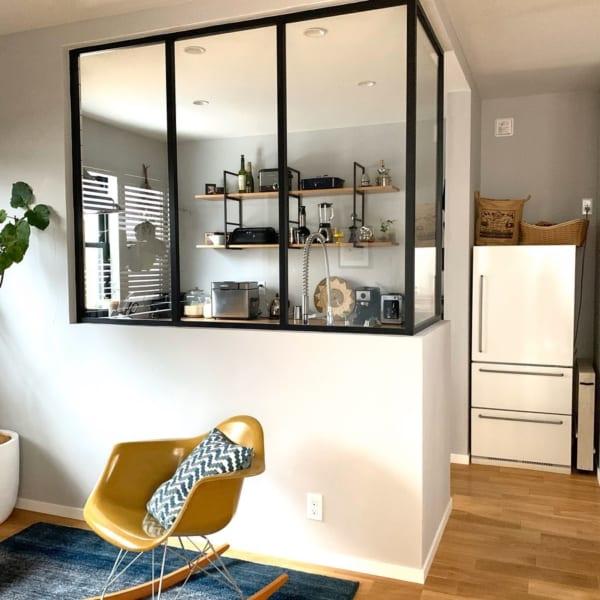 室内窓がお洒落に見せるキッチン収納