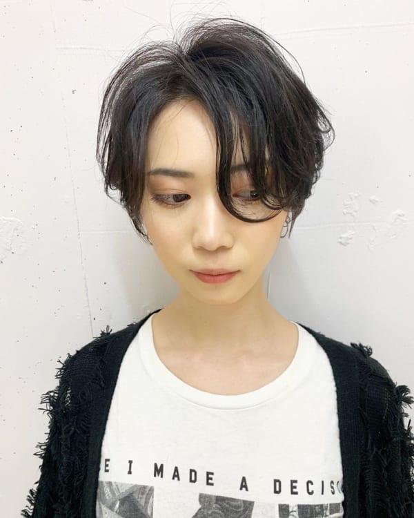 長め前髪のかっこいい黒髪ショートヘア